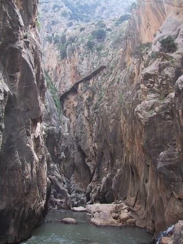 Cache extrêmes dans un canyon espagnol